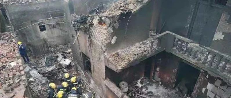 增雨飞机坠落民房起火,机上人员全部遇难
