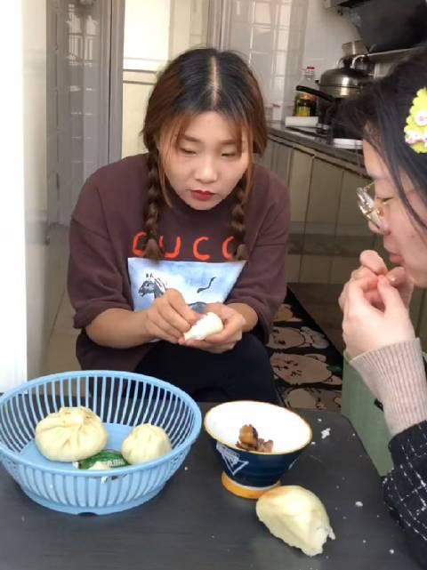 两个抠门的姐妹 同在一个桌子上用饭……