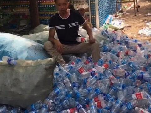农村男子作用矿泉水瓶子盖房子,村民看了后竟拍手称赞