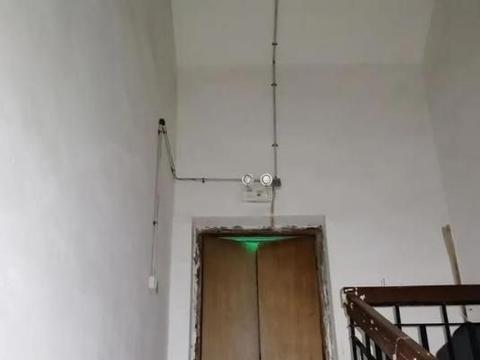 广西柳州发生一件事,俩女孩在18层楼顶玩闹,吓得邻居腿发软