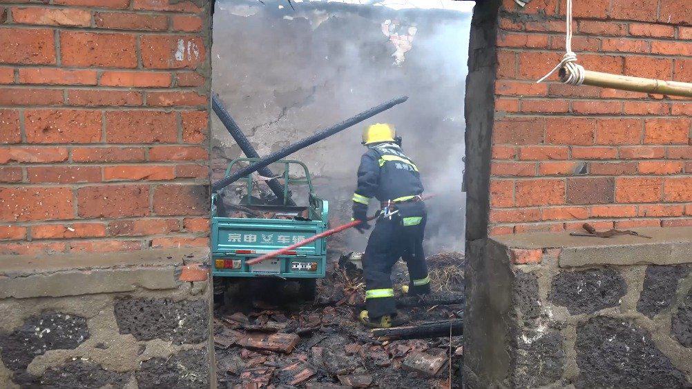 滁州 电线短路起火引燃干草烧了家 屋内竟还有一辆电动三轮车!