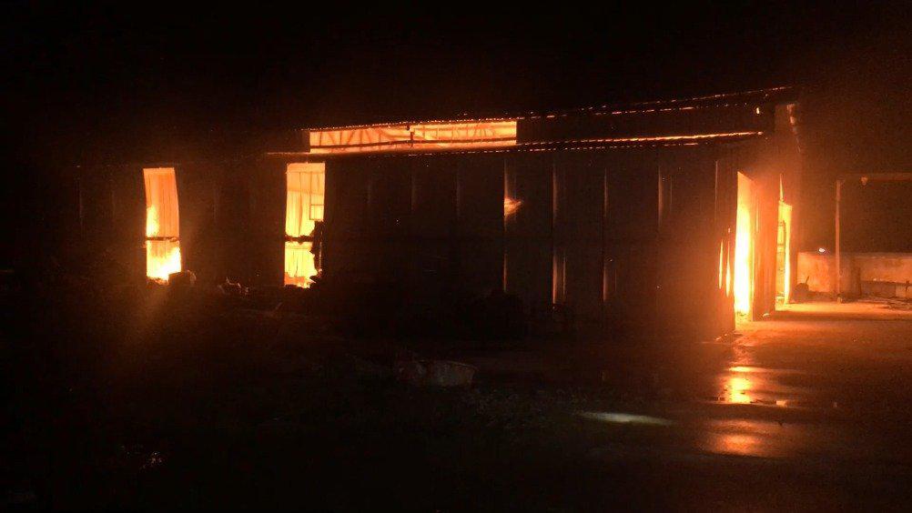 宣城 木材厂房凌晨燃起大火 消防连夜鏖战灭火