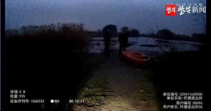 光顾着施工,没看水位,两工人被困孤岛
