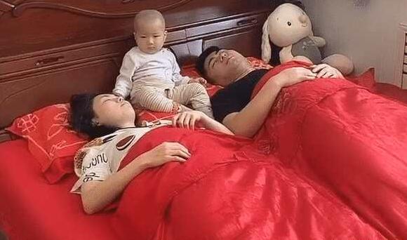 一家三口睡觉走红,宝宝脸茫然