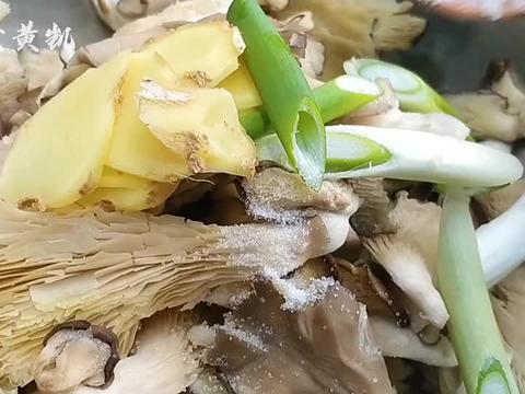 蘑菇不炒也不炖,加入一个鸡蛋,农村老奶奶的拿手菜,外酥里嫩