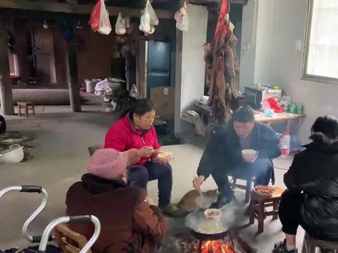 农村80岁老人在家这样吃饭,第一次见这种做法,吃起来真香