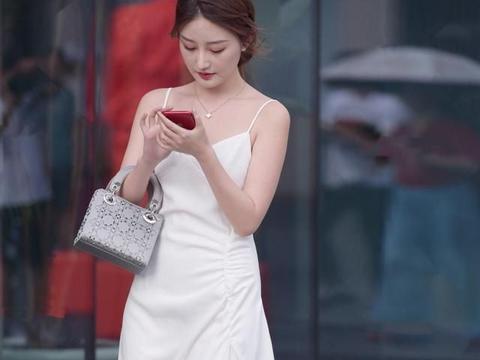 白裙与透明高跟鞋搭配,时尚感十足,穿出优雅气质
