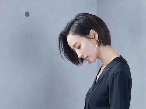 张钧甯短发造型酷飒十足,穿小黑裙气质满满,小蛮腰实力抢镜