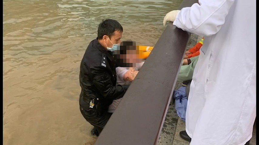 男子跳河轻生 @广州南沙公安 民警火速施救!
