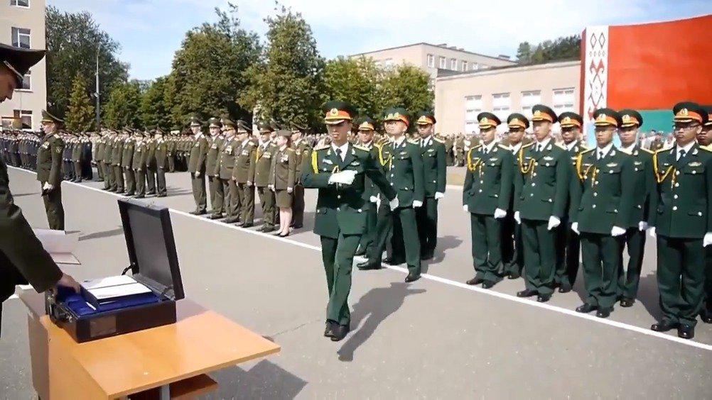 白俄罗斯军事学院毕业典礼上的越南人民军学员……