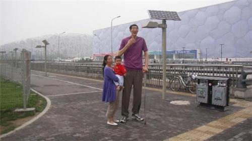 内蒙巨人鲍喜顺:身高2.36米,不顾医生劝阻生娃,一家人现状如何