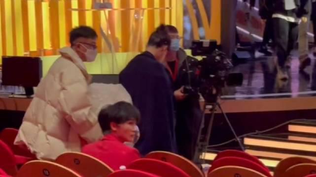 电视剧品质盛典 杨紫入场 穿红色西装的周深!