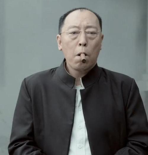 老戏骨倪大红,电影《战狼》里面抽雪茄,表情淡定的大佬