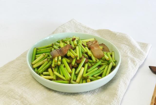 蒜苔炒肉,用猪瘦肉和鸡肉都不对,用这种肉做出来不仅香还下饭