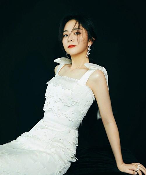 杨紫,乔欣,谭松韵,周冬雨身穿花朵裙的样子,真是人比花娇