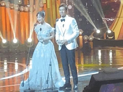 杨紫李现同框领奖,两人身穿白色礼服站在一起,太像婚礼现场了