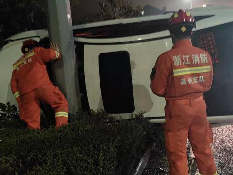 温州泰顺:轿车侧翻撞至绿化带 消防紧急救援