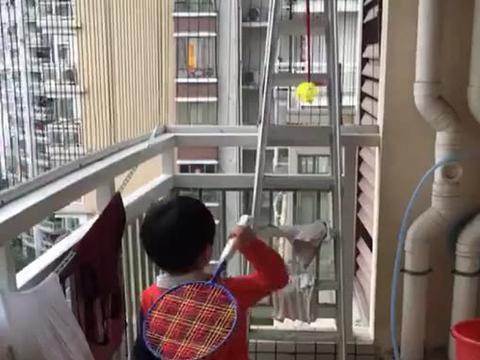 """""""小人精宝宝""""阳台上练习打羽毛球,网友:又学到了一手!"""