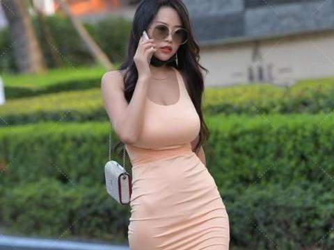 紧身连衣裙搭水晶高跟鞋,身材优势一览无余,尽显出众贵妇气质