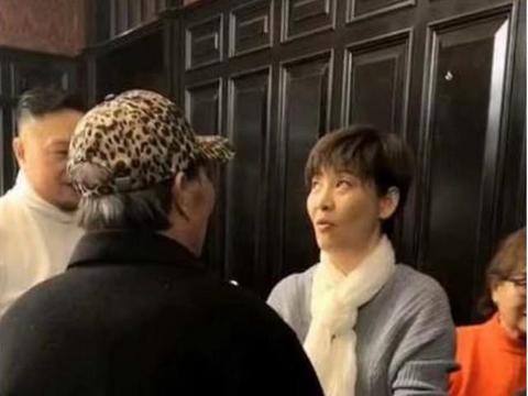 冯小刚娇妻徐帆回娘家,与男友人热聊心情佳,53岁冻龄似少女