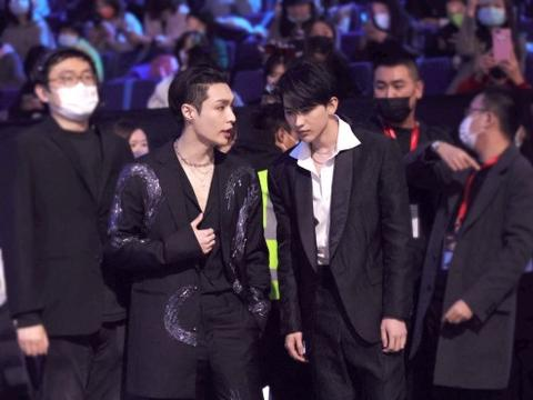 张艺兴和蔡徐坤同框,侧颜都好绝啊,你第一眼看到了谁?