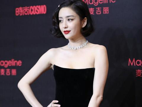 """佟丽娅才是""""人间尤物"""",穿黑色丝绒抹胸裙优雅高贵,摩登复古"""