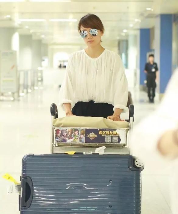 袁泉素颜白色雪纺衬衫走机场,优雅知性魅力尽显