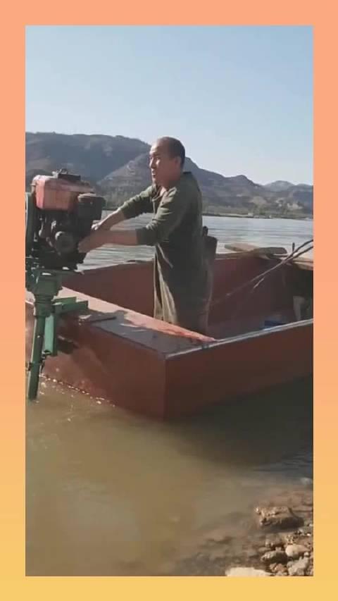 这就是老渔民,没想到这渔船竟是这样的,真是第一次见!