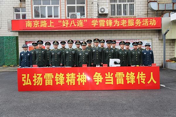 90多岁离休干部理发后,为何向南京路上好八连的年轻官兵敬了个标准的军礼?