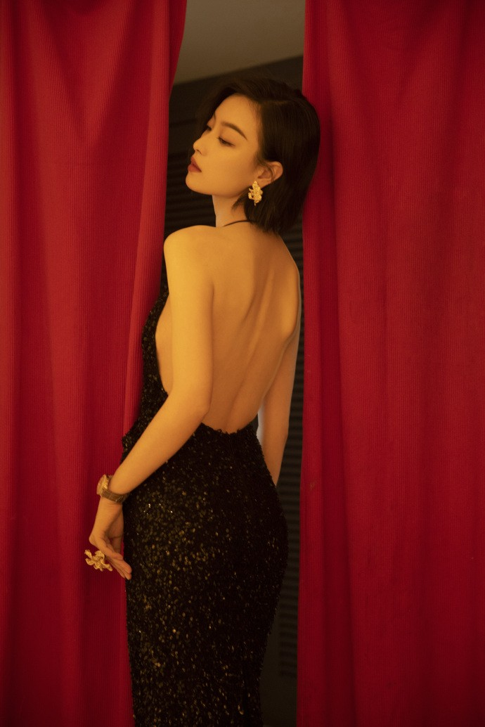 33岁倪妮秀身材,露背黑裙曲线妖娆,眼神冷艳撞脸张曼玉