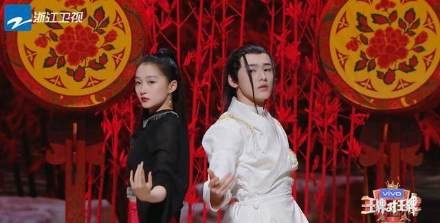 宋亚轩关晓彤合作表演《十面埋伏》,双人舞又美又飒