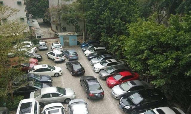 """小区停车""""出现怪象""""!车位总是停满车,难道这些人都不用工作?"""