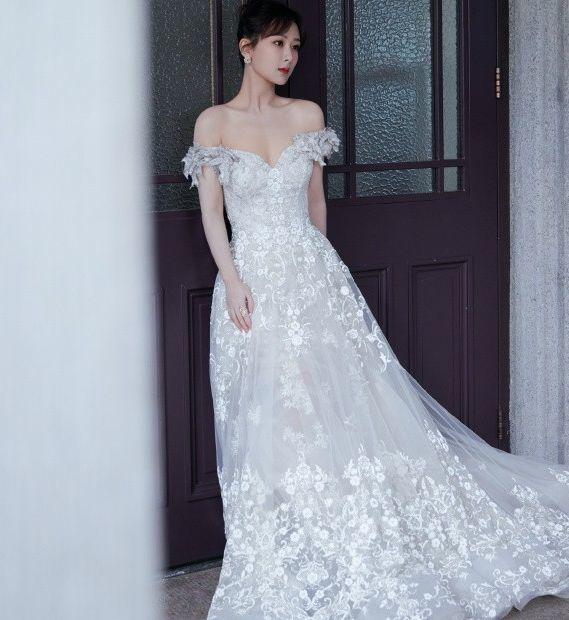 精美的肩颈线搭上镶钻蕾丝裙,绝美