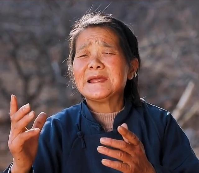 """山东:67岁母亲为36岁残疾女儿唱歌,""""她比拉面哥更需要被关注"""""""