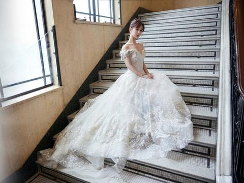 电视剧品质盛典路透,杨紫一袭白色蕾丝裙精致典雅,瘦成了筷子腿