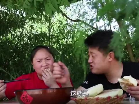 胖妹做的香辣鱼泡很下饭,俩口子吃着津津有味真是过瘾