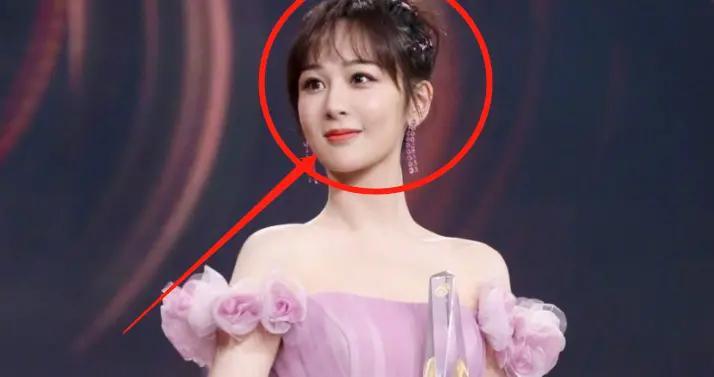 杨紫被指p图过度,穿一字肩裙秀优越肩颈线,生图却暴露真实身材