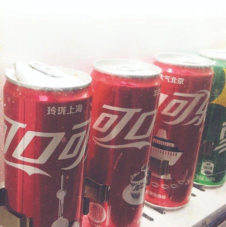 """古文化街内一台标有""""可口可乐""""售卖机 货品不足 展示柜饮料爆瓶"""