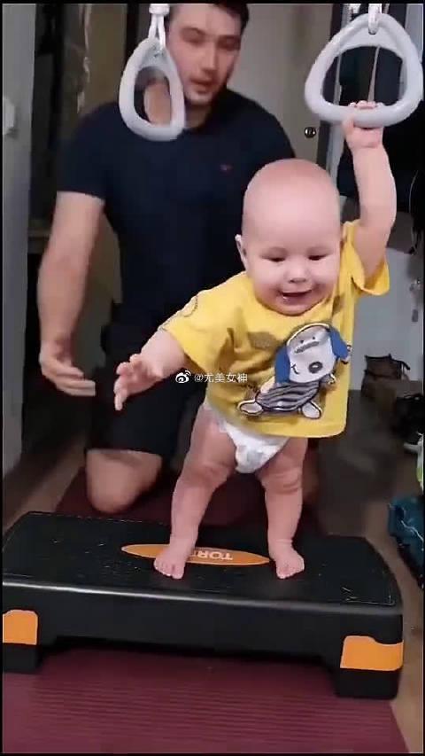 爸爸:向前,走两步!