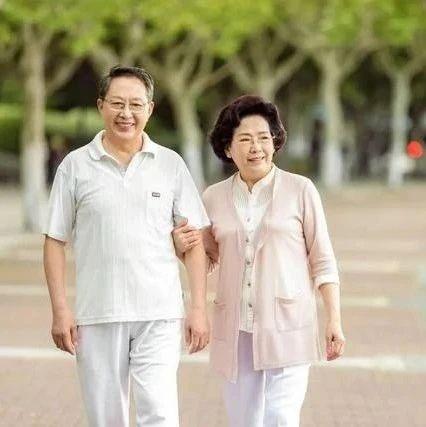 60岁是寿命决定期,无论男女,走路有六个表现,恭喜你很健康