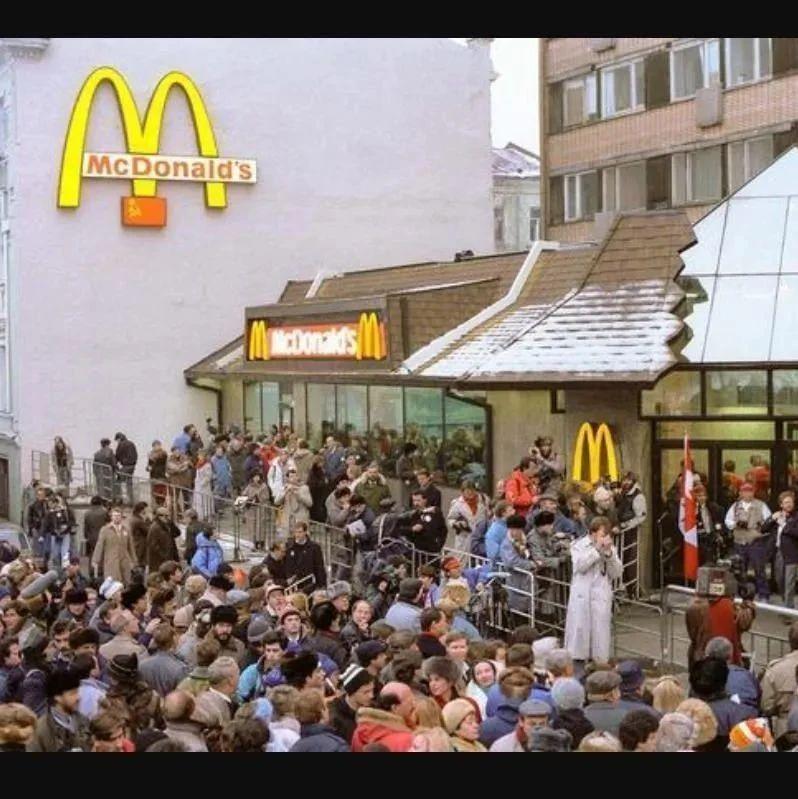 1990年俄罗斯首家麦当劳开业,3万市民排队抢购,打破了世界纪录