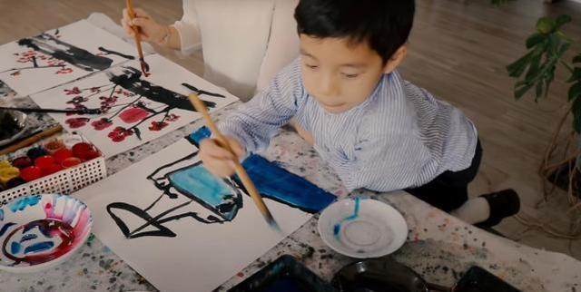 郭晶晶带儿子霍中曦学水墨画,一旁观看的霍启刚笑的非常幸福