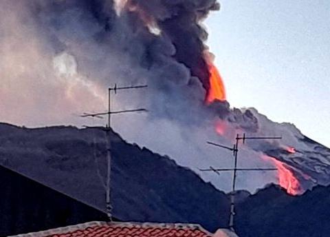 意大利埃特纳火山10次喷发 西西里进入紧急状态