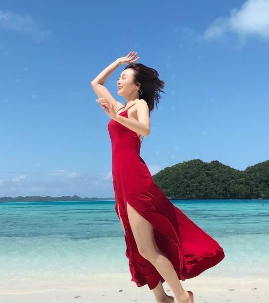 秦岚真大胆,红色吊带裙剪两条缝,瞬间美成焦点
