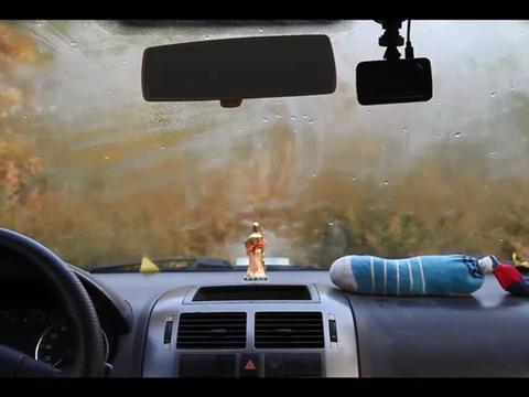 夏天车窗起雾是怎么回事?与冬天除雾方法一样吗?只需这么操作