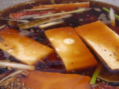 豆腐放锅里蒸一蒸,香辣下饭,不放肉也好吃,我家一周至少做3回