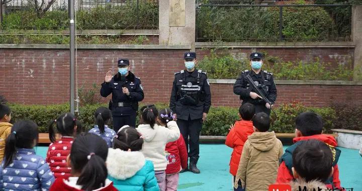 南京特警送安全进幼儿园,互动教育让孩子们记忆深刻