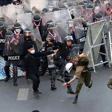 210秒看泰国28日大规模集会:示威者疯狂向总理家行进与警方发生冲突 致33人受伤1人殉职