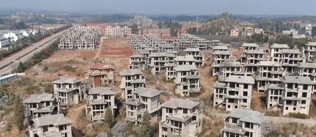 云南石林边的别墅群,被废弃快10年,如今无人接手