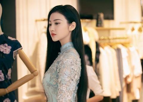 景甜新剧《司藤》旗袍造型,端庄大方又飒又美,云南取景不要太美